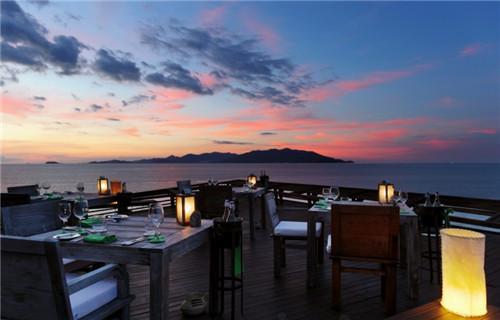 resort位于苏梅岛的海滩上,公共区域提供免费wifi,开放海滨酒吧